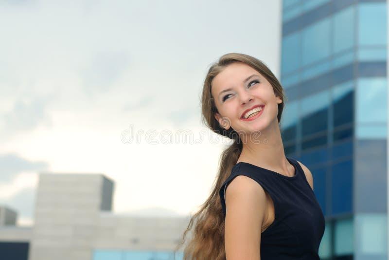 Portret van een blije en gelukkige bedrijfsvrouw stock afbeelding