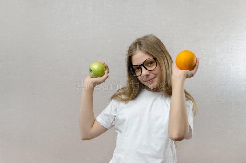 Portret van een blond meisje dat een selfie op haar smartphone neemt Moderne technologie?n Jonge blogger stock afbeelding