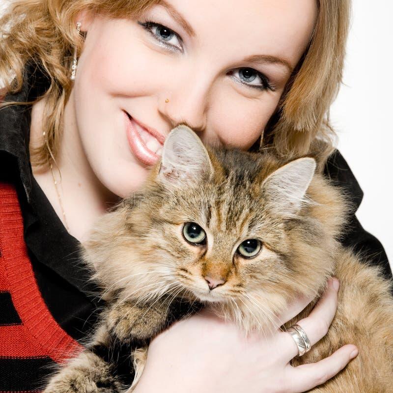 Portret van een blonde krullende vrouw met leuk katje royalty-vrije stock foto