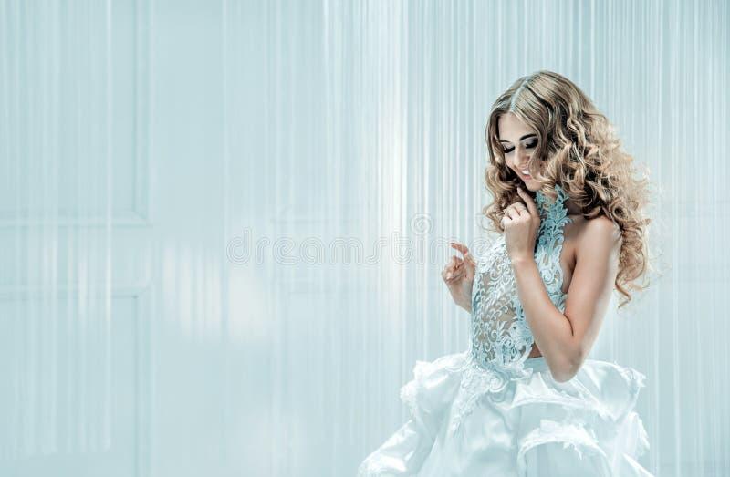Portret van een blonde mooie vrouw stock afbeeldingen