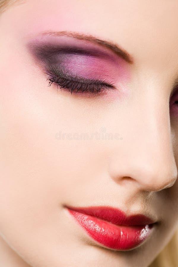Portret van een blonde schoonheid met elegante make-up. stock afbeeldingen