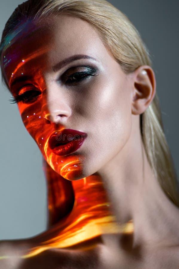 Portret van een blonde Vrouw met het glanzen lichten op gezicht stock afbeeldingen