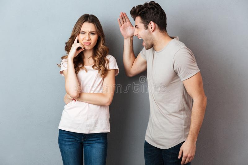 Portret van een boos woedend paar die een argument hebben stock afbeeldingen