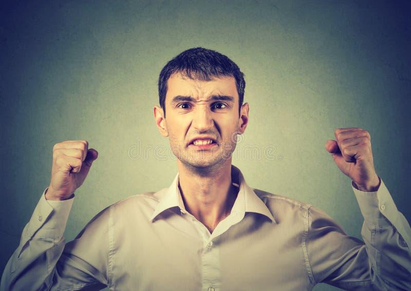 Portret van een boze gefrustreerde mens royalty-vrije stock afbeelding