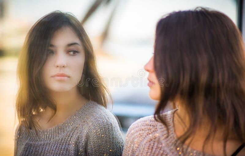 Portret van een brunette stock afbeeldingen