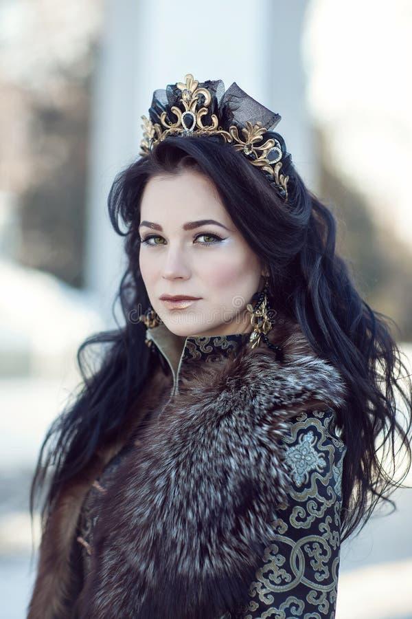 Portret van een brunette in bont royalty-vrije stock fotografie