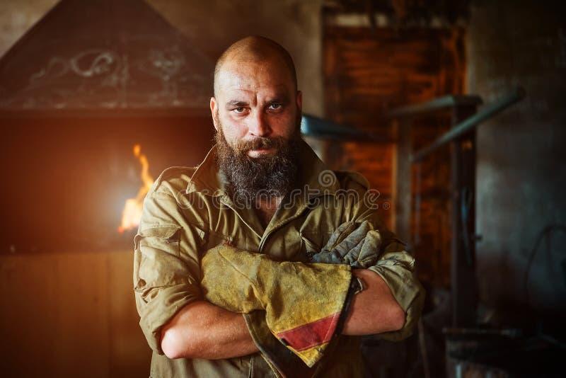 Portret van een brutale, zekere smid, een mens met een baard royalty-vrije stock fotografie