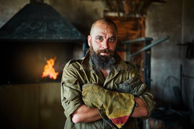 Portret van een brutale, zekere smid, een mens met een baard stock foto