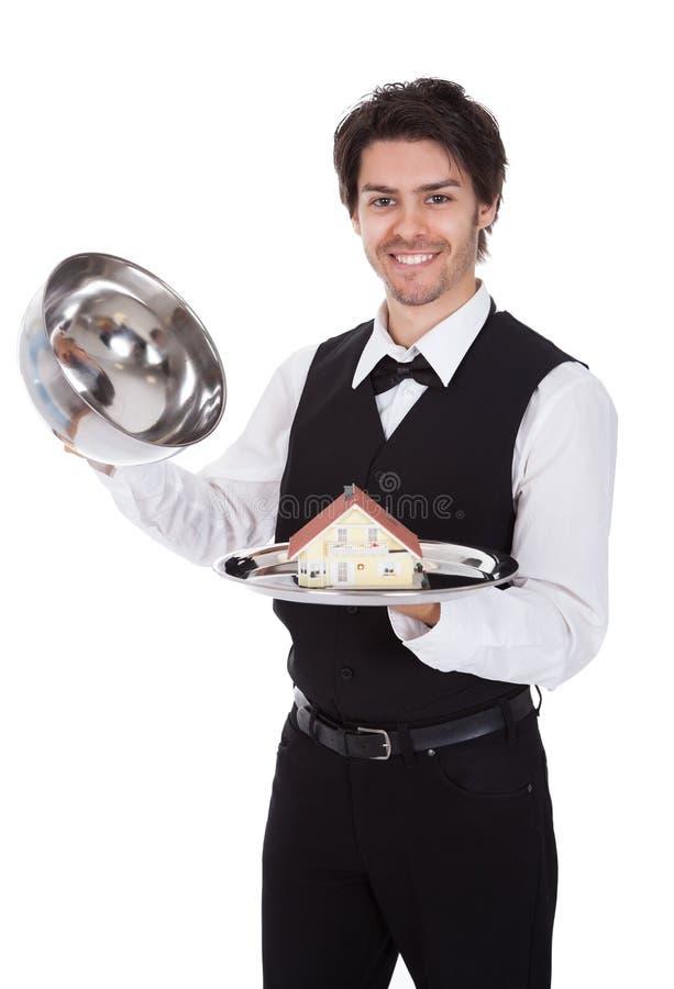 Portret Van Een Butler Met Model Van Een Huis Stock Foto's