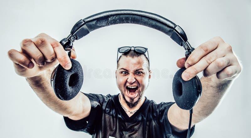 Portret van een charismatisch deejay met hoofdtelefoons in voor stock afbeelding