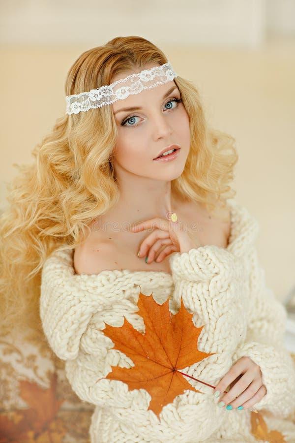 Portret van een charmant, gevoelig en zeer leuk meisjesblonde in a stock afbeeldingen