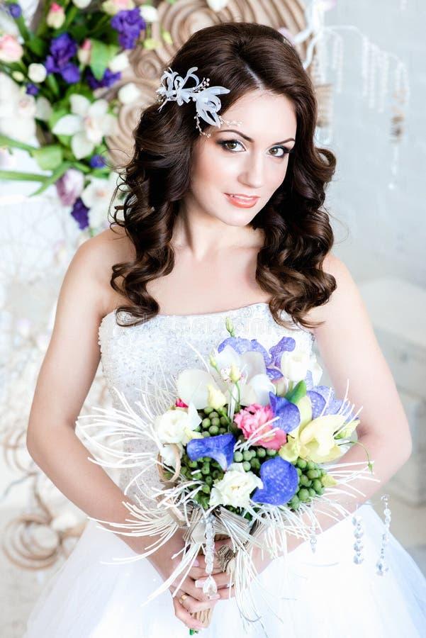 Portret van een charmante donkere haired bruid royalty-vrije stock foto