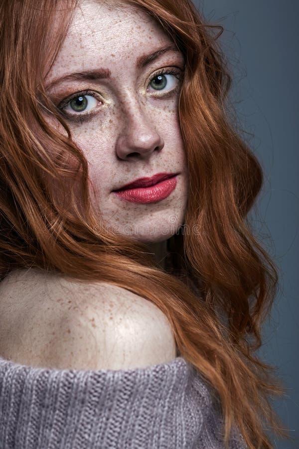 Portret van een charmante redheaded freckled vrouw royalty-vrije stock foto