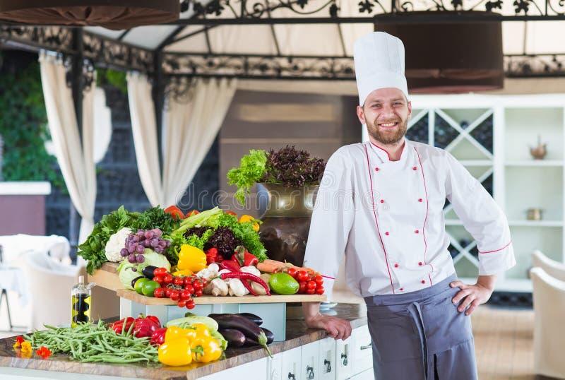 Portret van een Chef-kok met groenten in een restaurant stock foto