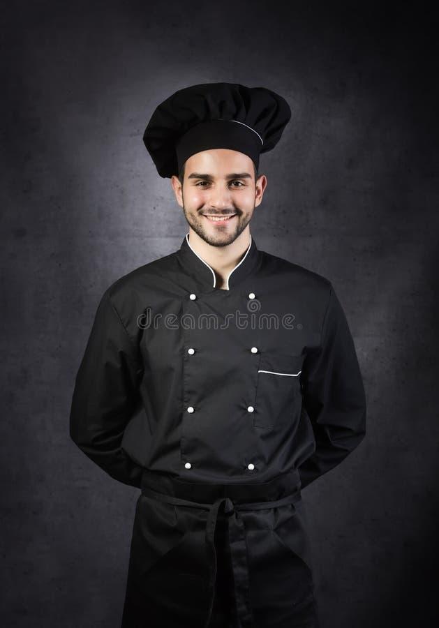 Portret van een chef-kokkooktoestel in zwarte eenvormig royalty-vrije stock afbeeldingen