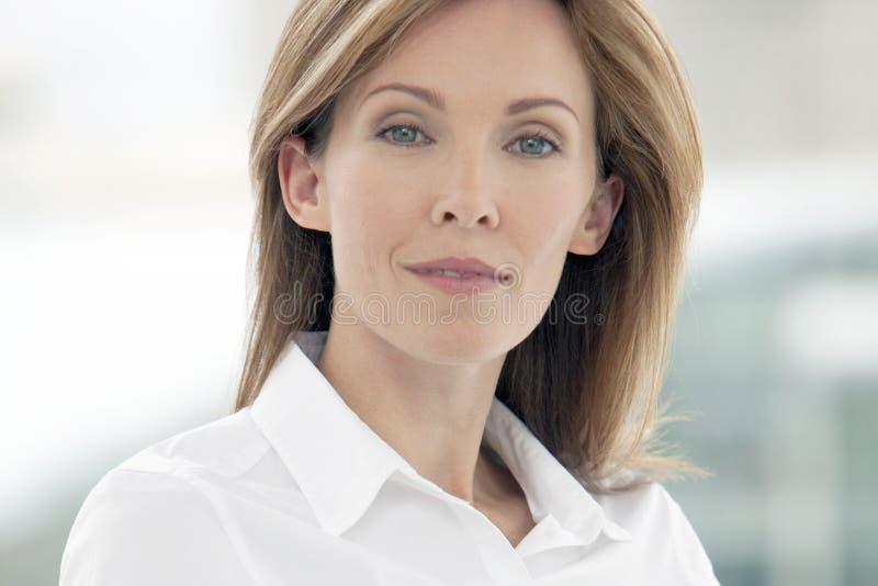 Portret van een collectieve directeurvrouw stock foto's