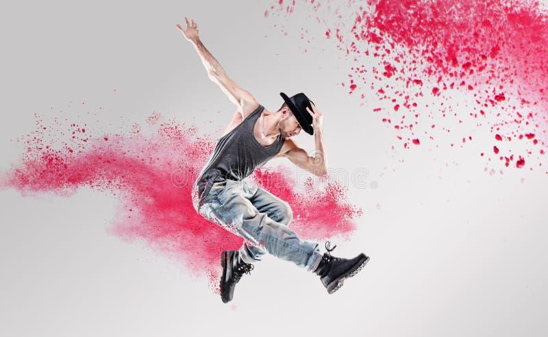 Portret van een danser die onder een kleurrijk stof excercising stock fotografie