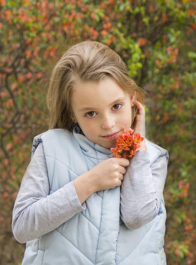 Download Portret Van Een De Lentemeisje Stock Afbeelding - Afbeelding bestaande uit kind, persoon: 39110141