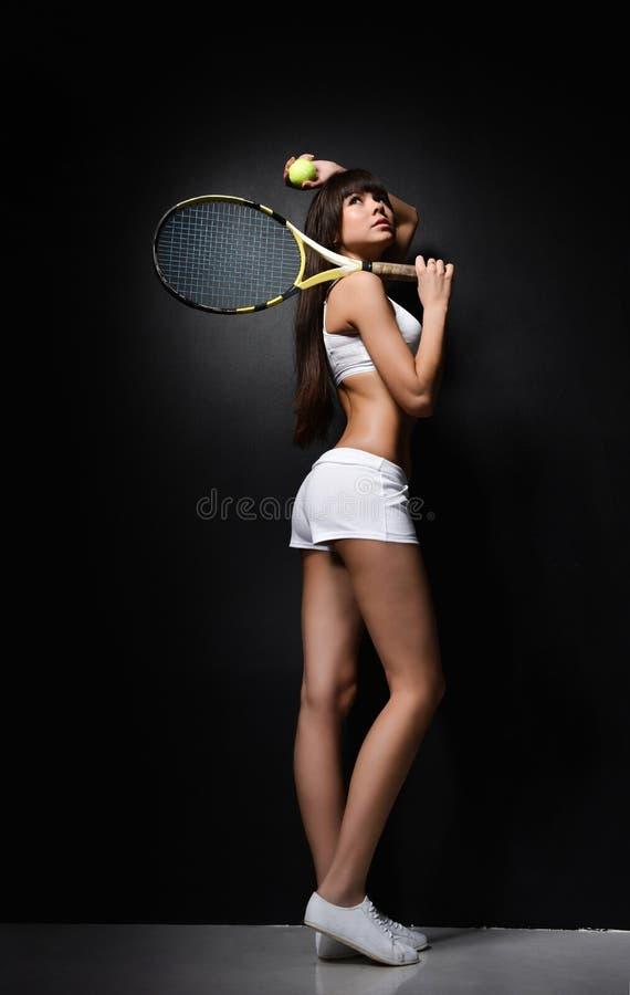 Portret van een van de de spelerholding van het meisjestennis het tennisracket Het schot van de studio royalty-vrije stock afbeelding
