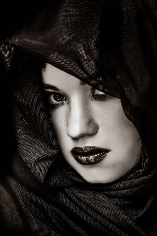 Portret van een donkerbruin verbergend meisje royalty-vrije stock foto's