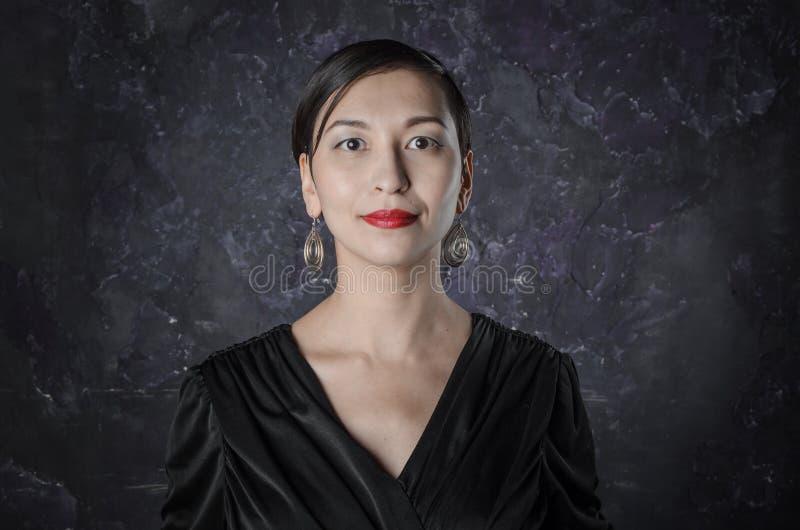 portret van een donkerbruine vrouw stock foto