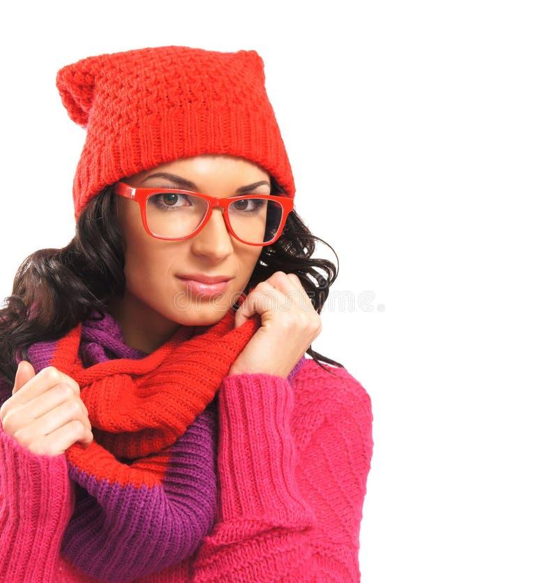 Portret van een donkerbruine vrouw in warme rode kleren stock foto's