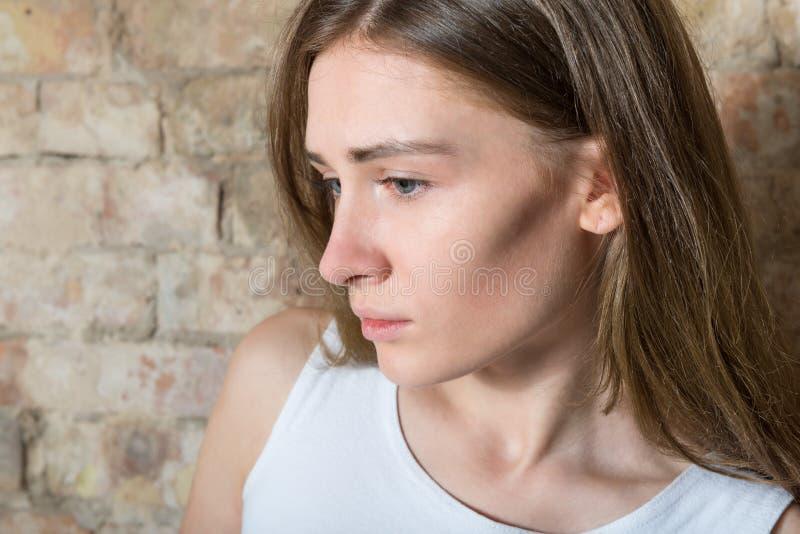 Portret van een droevig meisje stock afbeeldingen