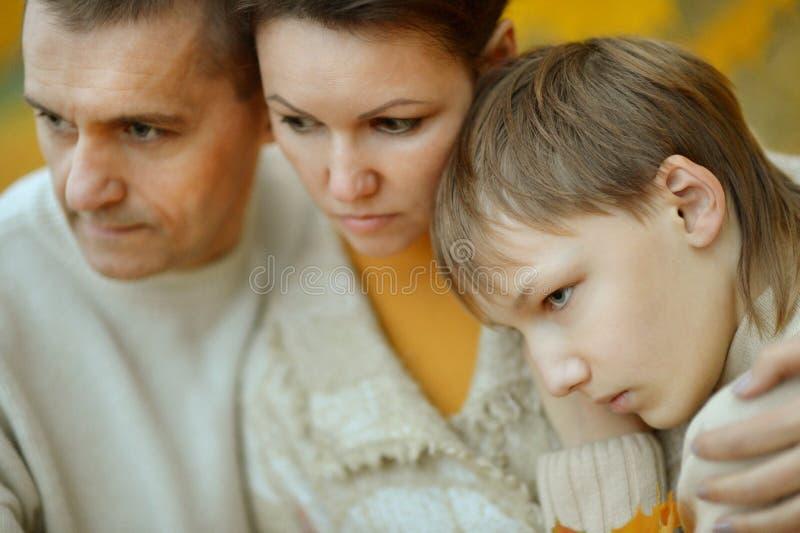 Portret van een droevige familie stock afbeelding