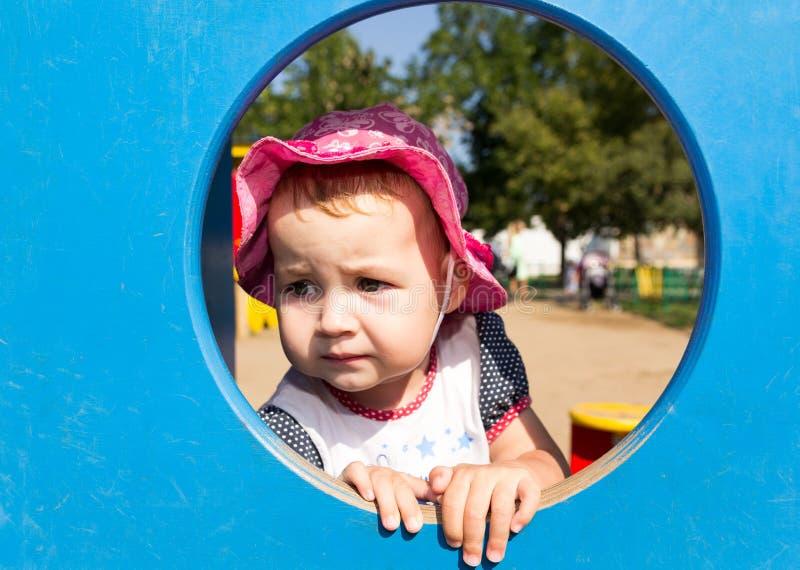 Portret van een droevige kleine baby stock foto