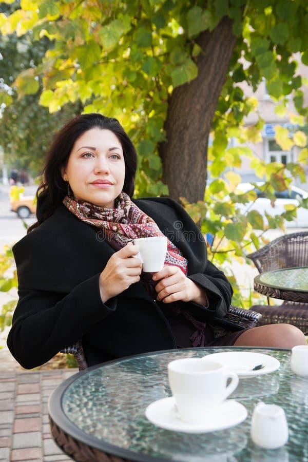 Portret van een droevige vrouw in de herfst royalty-vrije stock foto
