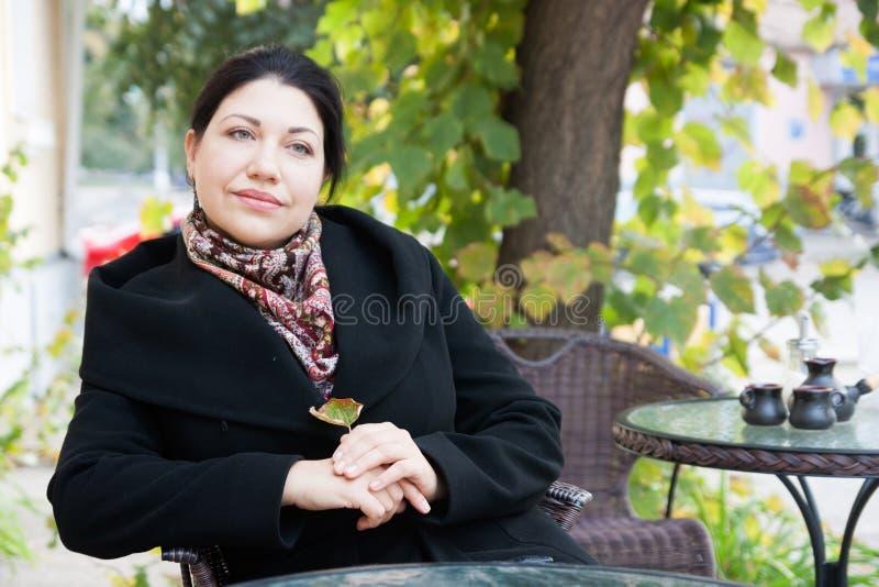 Portret van een droevige vrouw met koffie stock fotografie