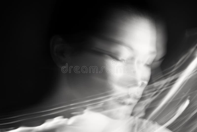 Portret van een dromende vrouw royalty-vrije stock afbeeldingen