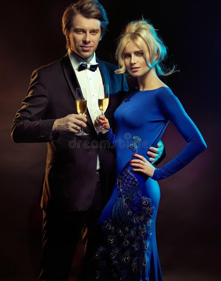 Portret van een elegant paar met een champagne royalty-vrije stock foto's