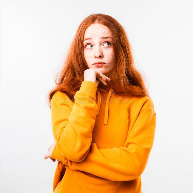Portret van een emotioneel roodharig meisje met sproeten en steunen op een witte achtergrond royalty-vrije stock afbeeldingen