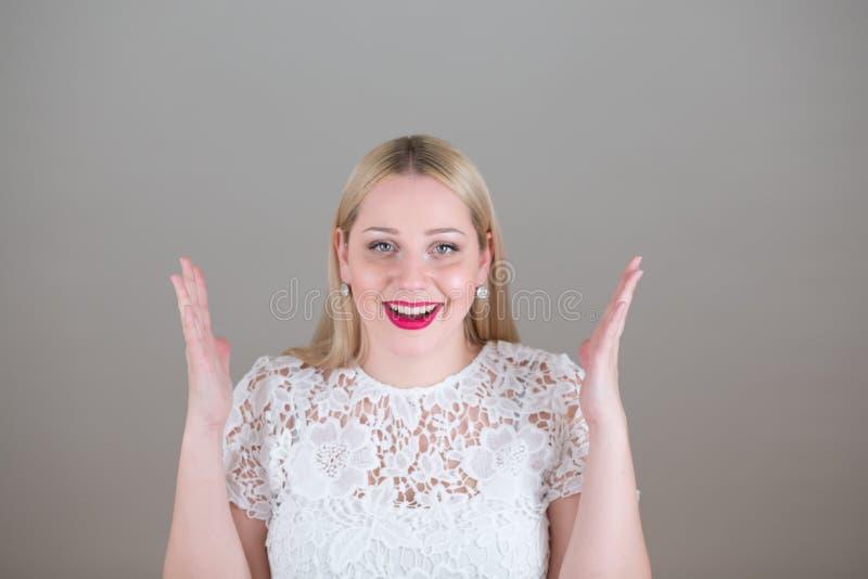 Portret van een emotionele mooie jonge blondevrouw stock afbeeldingen