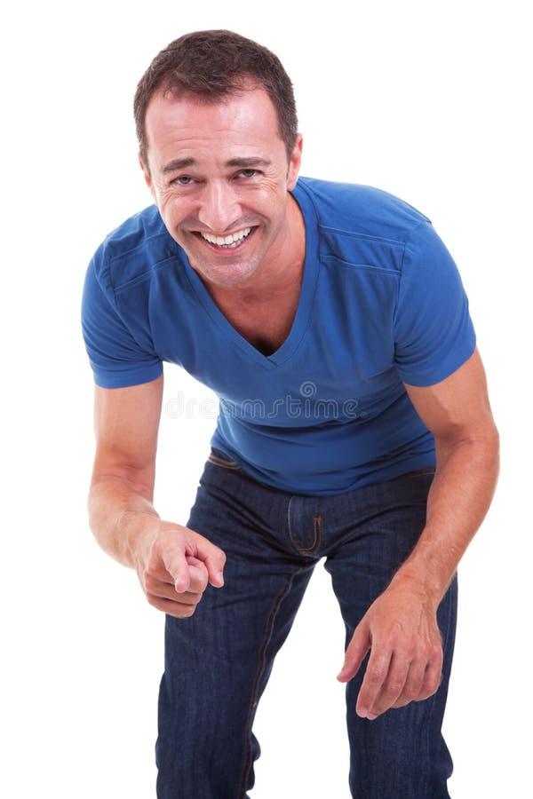 Portret van een en midden-leeftijdsmens die richt lacht stock afbeelding