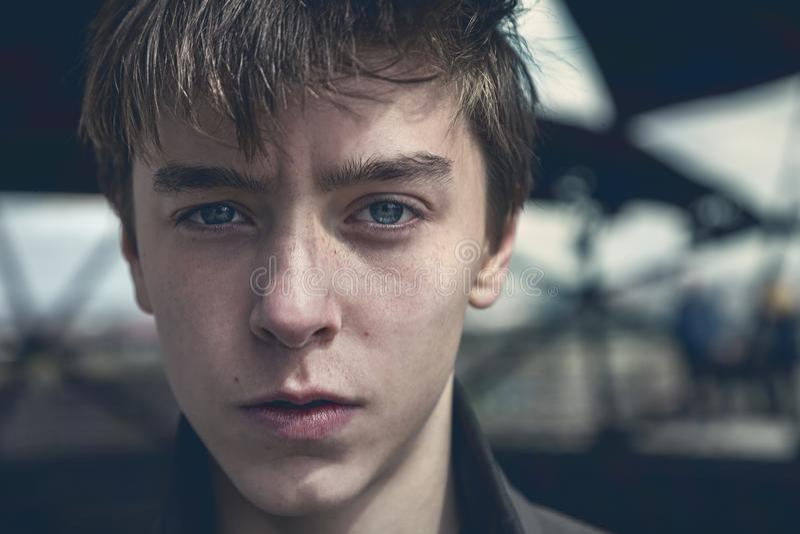 Portret van een Ernstige Jonge Mens stock foto
