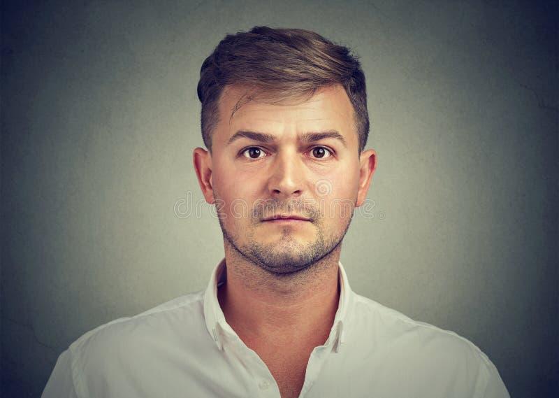 Portret van een ernstige jonge toevallige mens royalty-vrije stock fotografie