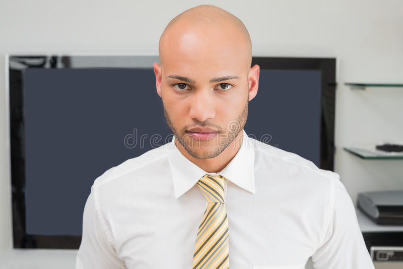 Portret van een ernstige kale zakenman op kantoor royalty-vrije stock foto's