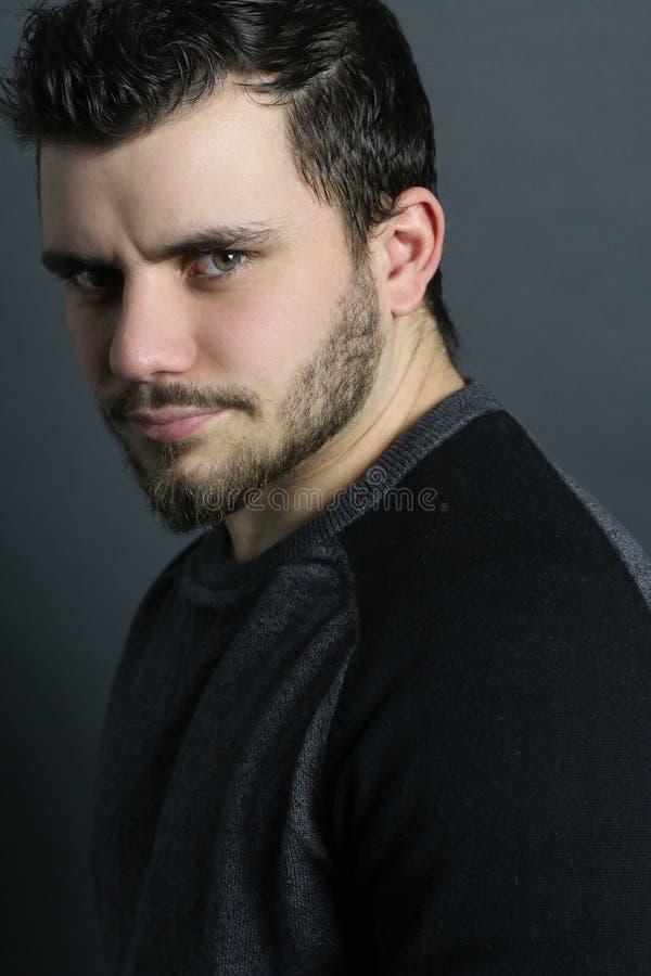Portret van een ernstige mens stock foto