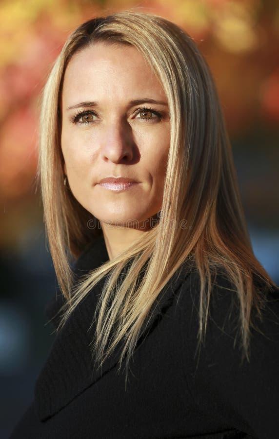 Portret van een Ernstige Rijpe Vrouw stock foto's