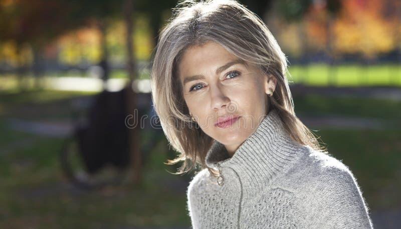 Portret van een Ernstige Rijpe Vrouw buiten royalty-vrije stock foto's