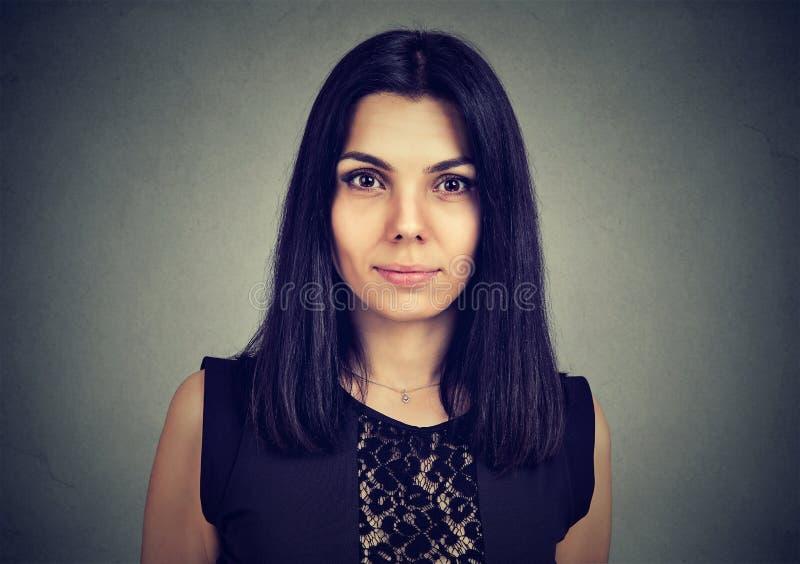 Portret van een ernstige vrouw die camera bekijken stock foto's