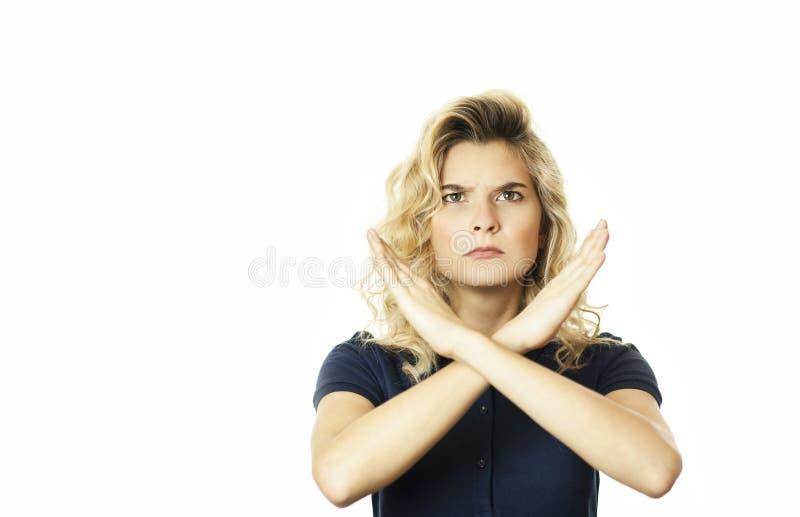 Portret van een ernstige vrouw die een paar die gekruiste handen houden, geen die teken tonen, op een witte achtergrond wordt geï stock fotografie