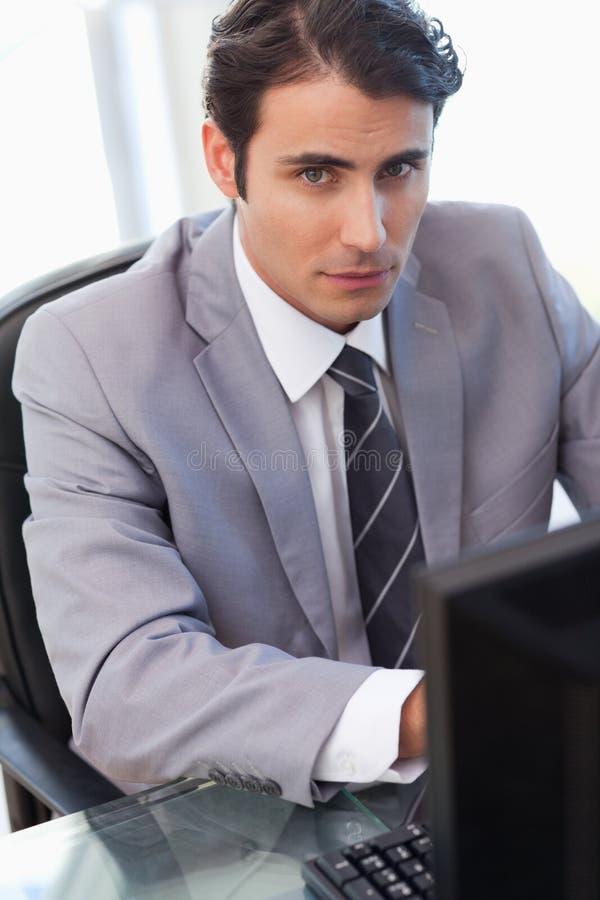 Portret van een ernstige zakenman die met een computer werkt royalty-vrije stock fotografie