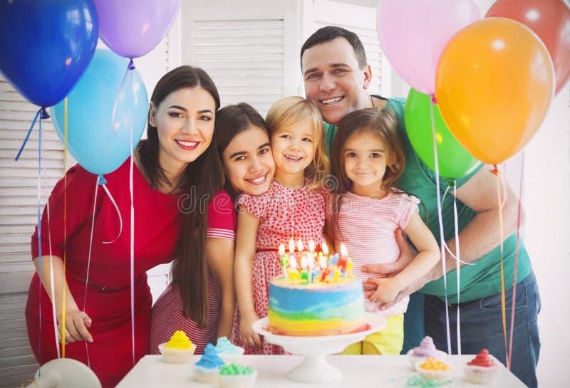 Portret van een familie het vieren verjaardag van hun weinig daught stock afbeeldingen