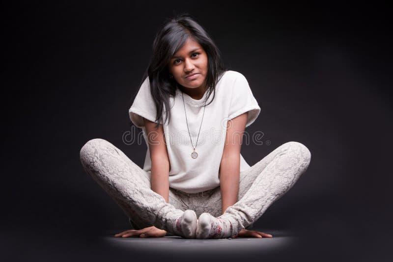 Portret van een gebogen Indisch meisje royalty-vrije stock foto's