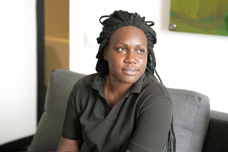 Portret van een geconcentreerd Afrikaans meisje stock afbeelding