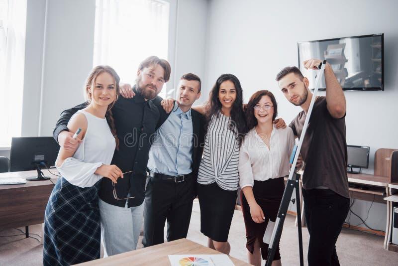 Portret van een gelukkig creatief team in het bureau stock afbeeldingen