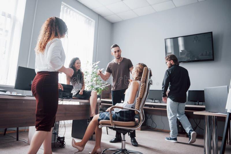 Portret van een gelukkig creatief team van mensen die in het bureau op de vergadering spreken royalty-vrije stock fotografie